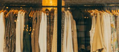 Designkleding: naar stomerij brengen of zelf stomen met kledingstomers?
